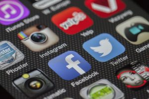 Logotypy Facebooka i innych social mediów na smartphonie