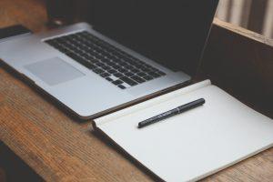 Komputer, długopis i czysta kartka papieru