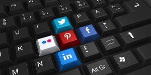 Klawiatura i logotypy social media