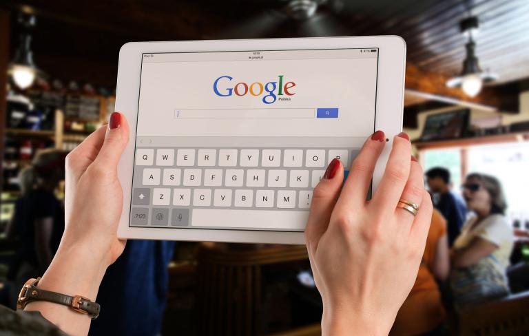 Tablet z wyszukiwarką Google