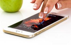 ręka dotykająca smartphone